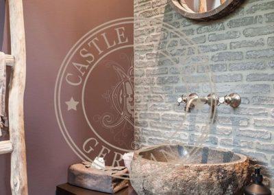 Castlestone logo vor Bricks im bad