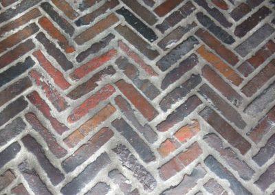 antiker Ziegel-Boden im Fischgrät-Muster verlegt