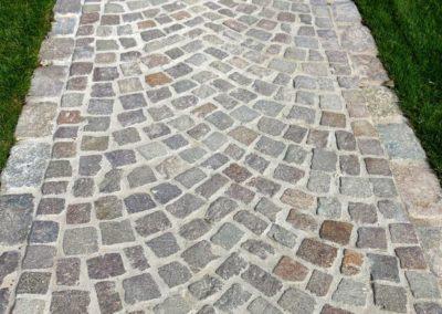 Gartenweg mit DeFries Granit-Gross- und Kleinpflaster