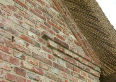 DeFries Detailansicht antike Mauerziegel - Fassade mit Reetdach