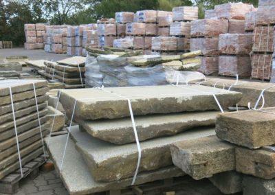 DeFries Aussenlager - antike Mauerziegel auf Paletten - Granit Natursteinplatten und -stufen