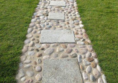 Gartenweg - Granit-Schrittplatten in Katzenkopfpflaster verlegt