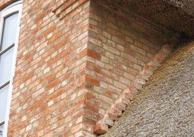 DeFries antike Mauerziegel - Detailansicht Giebel mit Reetdach