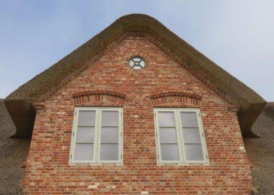 DeFries antike Mauerziegel - Giebel Friesenhaus mit Rundfenster und Formsteinen