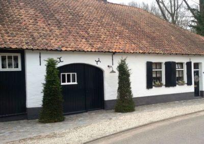 Altes Bauernhaus weiss verputzt mit Orange-Roten historischen Hohlpfannen eingedeckt