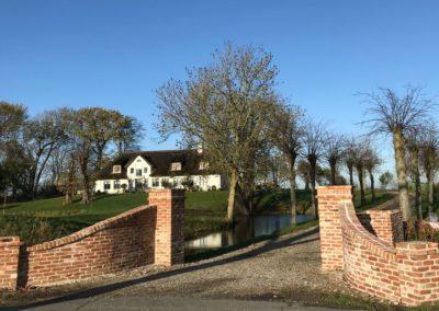Alter Friesenhof - neu gestaltete Hofeinfahrt mit Mauern und Pfeilern aus antiken DeFries Mauerziegeln Typ Stettin