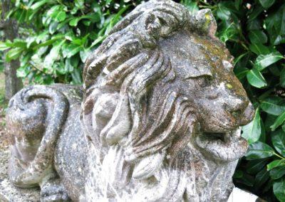 Antike Gartenskulptur aus Naturstein mit Patina - liegender Loewe