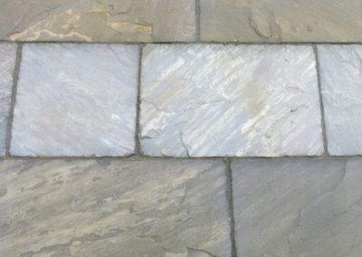 Detailansicht einer Terrassenflaeche aus antiken Natursteinplatten - englischer Yorkstone Beige-Grau