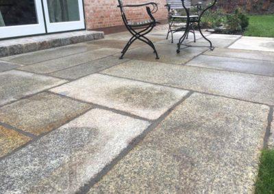 Neu angelegte Terrasse aus grossformatigen historischen Granitplatten