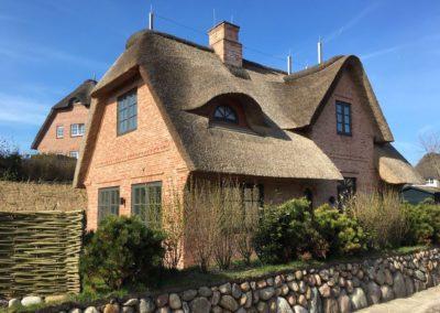 Reetgedecktes Landhaus mit einer Fassade aus DeFries antiken Mauerziegeln Typ Sylt gewaschen