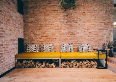 Innenansicht Ziegelwand mit Sitzbereich im Hotel Landhafen in Niebuell mit DeFries antiken Mauerziegeln Typ Stettin